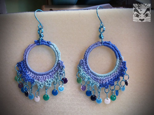 I started up with crochet again after hanging out with the Made in BR crafty ladies of FB. I was unsure about these earrings but do look nice on me!